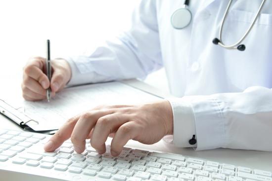 パソコンを使う医師